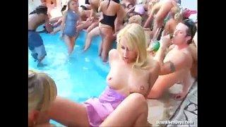 حفلة سكس نيك جماعي في حمام السباحة مع مجموعة كبيرة من الشباب