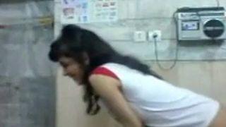 مصرية مش مفتوحة تنتاك في طيزها بالفازلين فيديو البيت العربي